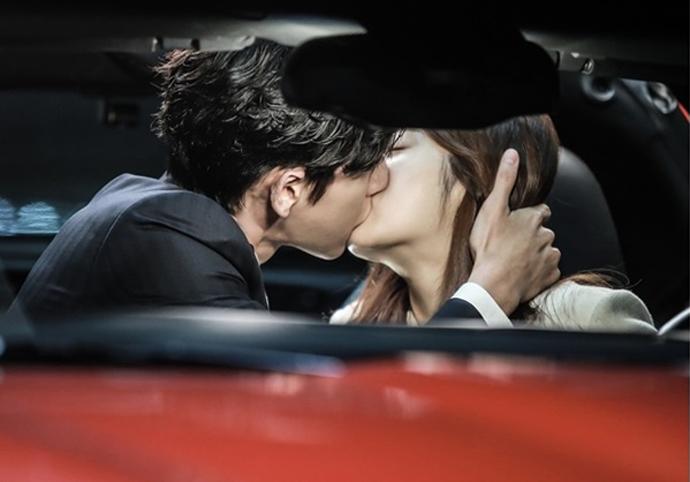 """""""Doctor Stranger"""": Park Hae Jin & Kang So Ra's Car Kiss"""